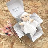 Le voici le voila!! Doudou mouton 🐑 se cachait dans notre Little Cube! Nouveauté déjà disponible : Message personnalisable à l'intérieur. Faites plaisir lors d'une Naissance où même à Noël 🎄! #cadeaunaissancepersonnalisé #cadeaunoel #cadeaunaissanceoriginal #cadeauentreprise #futuremaman2020