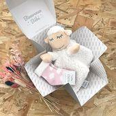 Voici la Référence «Little Cube Or» qui contient : une paire de chaussettes BB, un doudou 🐑 + un message personnalisé! Existe en Rose, bleu et gris. Idéal sous le sapin🌲 !! #cadeaunaissancepersonnalisé #cadeauentreprise #cadeaunoelbebe #cadeaunaissanceoriginal #futuremaman #futuremaman2019